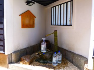 Air mineral dari gunung tersedia untuk para penduduk di pompa ini. Air dari gunung yang berada di luar Saijo ini memiliki kadar kalsium tiga kali lebih tinggi daripada air yang ada di sekitar