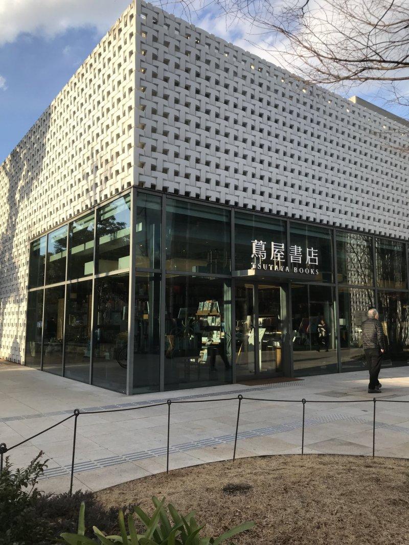 Un fascinante diseño arquitectónico crea el exterior de la tienda.