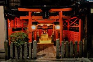 ศาลเจ้าทัตซึตมิ จินจา (Tatsumi Jinja) ซึ่งเป็นที่สิงสถิตย์ของเทพเจ้าแห่งกิออน