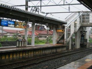 Stasiun ini terletak di kaki gunung yang memiliki sumber air panas alami