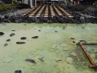 Le yubatake est l'une des attractions touristiques les plus populaires de Kusatsu, car il s'agit de l'une des plus grandes sources de la ville