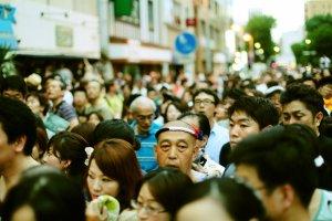 มีผู้คนมามากมายรอชมเทศกาลสำคัญและจองที่ดีๆก่อนใคร