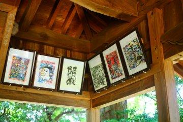 На крыше храма вывешены традиционные японские картины.