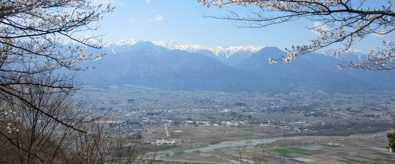 Вид на Азумино и хребет Хида