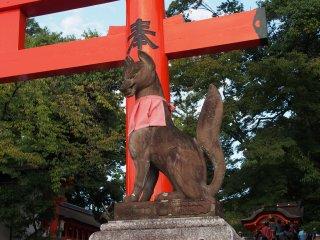 รูปปั้นสุนัขจิ้งจอกที่ถือกันว่าเป็นผู้ส่งสารของเทพเจ้าอินะริ