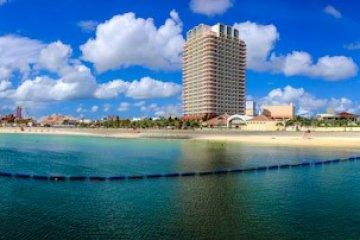 <p>Панорама пляжа СансетКак и на большинстве других пляжей на Окинаве, вода здесь голубая, и зовущая искупаться</p>