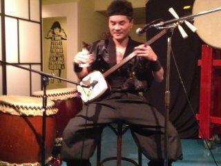 Yumenoshin Matsukaze (夢之進松風) performing on the Shamisen and Traditional Japanese folk music. A rare treat.