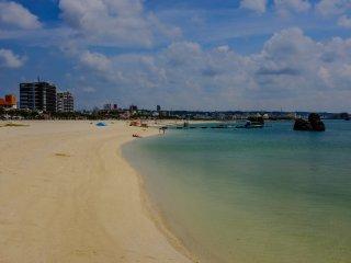 Bãi biển Araha là một nơi phổ biến đối với những hộ gia đình. Vào cuối tuần nơi đây khá đông