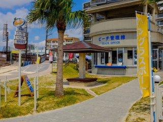 Phòng thay đồ, vòi hoa sen (mất phí), tủ cho thuê (mất phí) và kiốt đều có ở Công viên và bãi biển Araha
