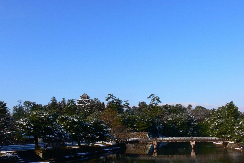 Le château de Matsue est dans un vaste parc verdoyant, entouré de douves.