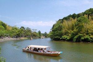 Bateau de plaisance Horikawa sur les anciennes douves.