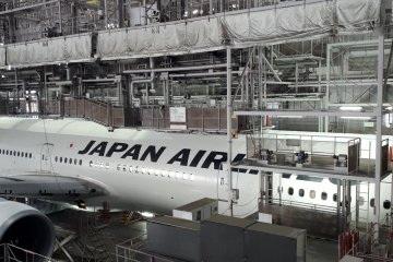 Maintenance work on a JAL plane