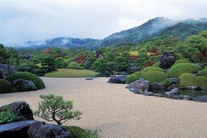 Célèbre jardin du Musée d'Art Adachi. La maîtrise de la technique du shakkei (paysage emprunté) est époustouflante.