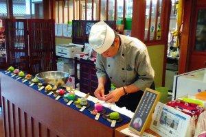 Monsieur Itami, grand maître pâtissier officiant au salon thé du Musée d'Histoire de Matsue.