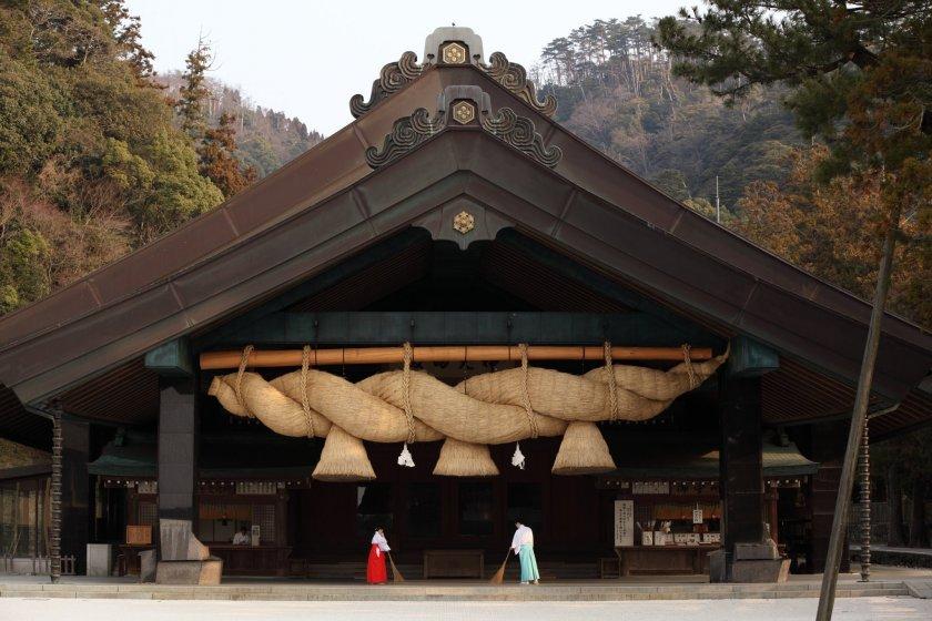 L\'énorme corde sacrée shimenawa du Hall Kaguraden du sanctuaire Izumo-taisha : 5 tonnes de paille de riz... La plus grande du Japon !