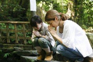 Jeunes femmes venues au Miroir d'Eau du sanctuaire Yaegaki pour questionner les dieux sur leur avenir amoureux.