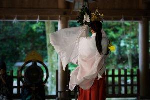 Danse sacrée de prêtresses au sanctuaire Miho-jinja, dans le vieux port de Mihonoseki. Chaque jour de l'année à 08:30 et 15:30.