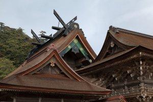 Toit emblématique du sanctuaire Izumo-taisha.