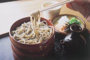"""Quand on les mange froides, les Izumo sobas sont servies dans de petites assiettes """"warigo"""" rouges empilées les unes sur les autres."""