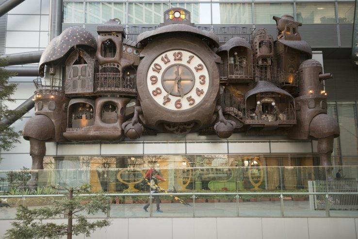 Die riesige Ghibli Uhr in Shiodome Ghibli