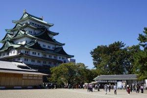 Bangunan menara utama Nagoya-jo