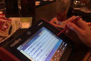 Mesin karaoke yang sayangnya berbahasa Jepang -- untung saya datang bersama teman saya asli Jepang!