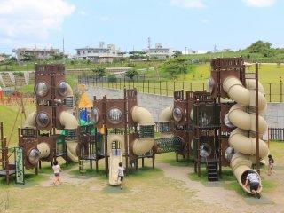 Детская площадка для детей 6-12 лет состоит из многоуровневых структур с открытыми перемычками, перекладинами и канатными сетями