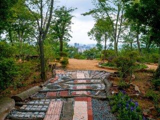 정원은 로맨틱 스팟으로 데려다 주는 동시 도시의 멋진 뷰를 제공한다.