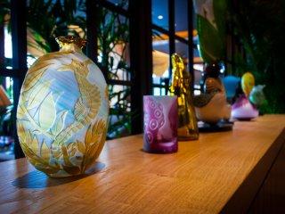 라운지에 전시된 아름다운 토모카 오니시의 유리 제품들