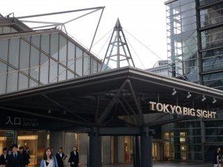ويتألف مركز المؤتمرات من برج مبدع ، وقاعة المعارض الشرقية ، وقاعة المعارض الغربية . والعديد من المجالات تطل على خليج طوكيو ، بما في ذلك مساحة المعرض في الهواء الطلق المجاورة لقاعة المعارض الغربية .