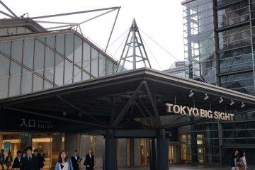 컨벤션 센터는 상징적 인 컨퍼런스 타워, 동쪽 전시 홀 및 서쪽 전시 홀로 구성되어 있다. 서쪽 전시장과 인접한 야외 전시장을 비롯하여 도쿄 만이 내려다 보인다