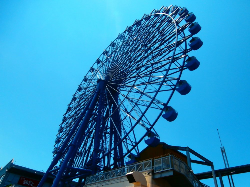 There used to be another ferris wheel that was the biggest in the world for a while as well, but they took that one down and have this smaller one instead