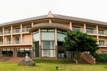 อาคารโรงแรมตั้งตระหง่านบนชายฝั่งของนิชิโนะชิมะ