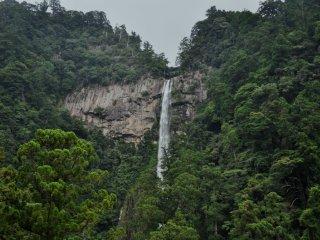 Quan cảnh của thác Nachi-no-otaki rất ấn tượng ở mọi góc nhìn. Ảnh này được chụp từ con đường gần nhất đến thác