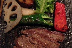 Thịt bò Wagyu với rau củ Nhật Bản như rễ sen renkon tại nhà hàng Mimasuya tại Pontocho ở Kamogawa