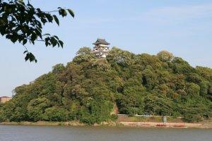 Thành cổ Inuyama với sông Kiso chảy quanh