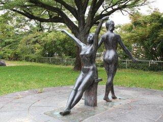 Скульптура в парке Хигаси