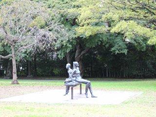 Скульптура очень гармонично вписана в пейзаж