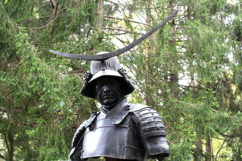 Бюст Датэ Масамунэ возле Музея города Сендай