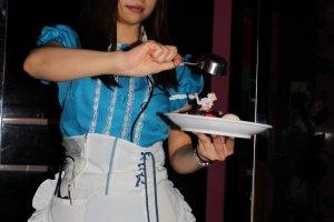 Как и полагается, официантки одеты в костюм Алисы.