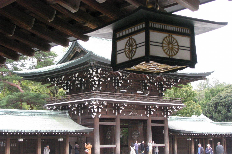 Фонарь и главные ворота на заднем плане