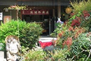 Тануки часто стоит у входа в ресторан