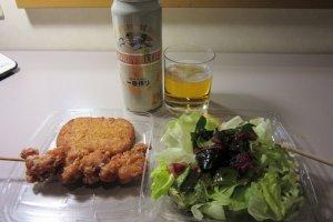 Крокеты, якитори, салат и пиво на ужин можно купить в комбини