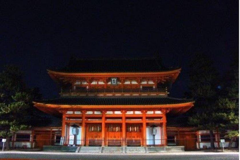 夜晚的平安神宫大门