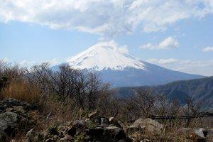 Вершина Фудзи-сан покрыта снегом десять месяцев в году, и лишь летом возможно восхождение на вершину