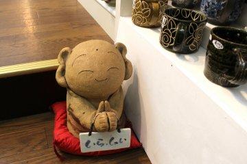 Дзидзо приветствует посетителей магазина