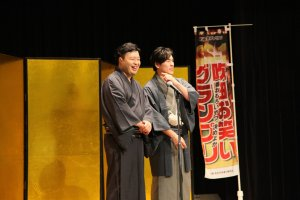 A pair of manzai comedians going for a verbal tit-for-tat on stage