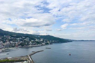 热海缆车的终点有个观景台,从这里俯瞰热海这座奇迹小城的全貌