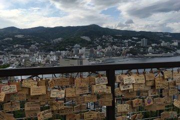 观景台上,许多游人在这里写下愿望和祝福