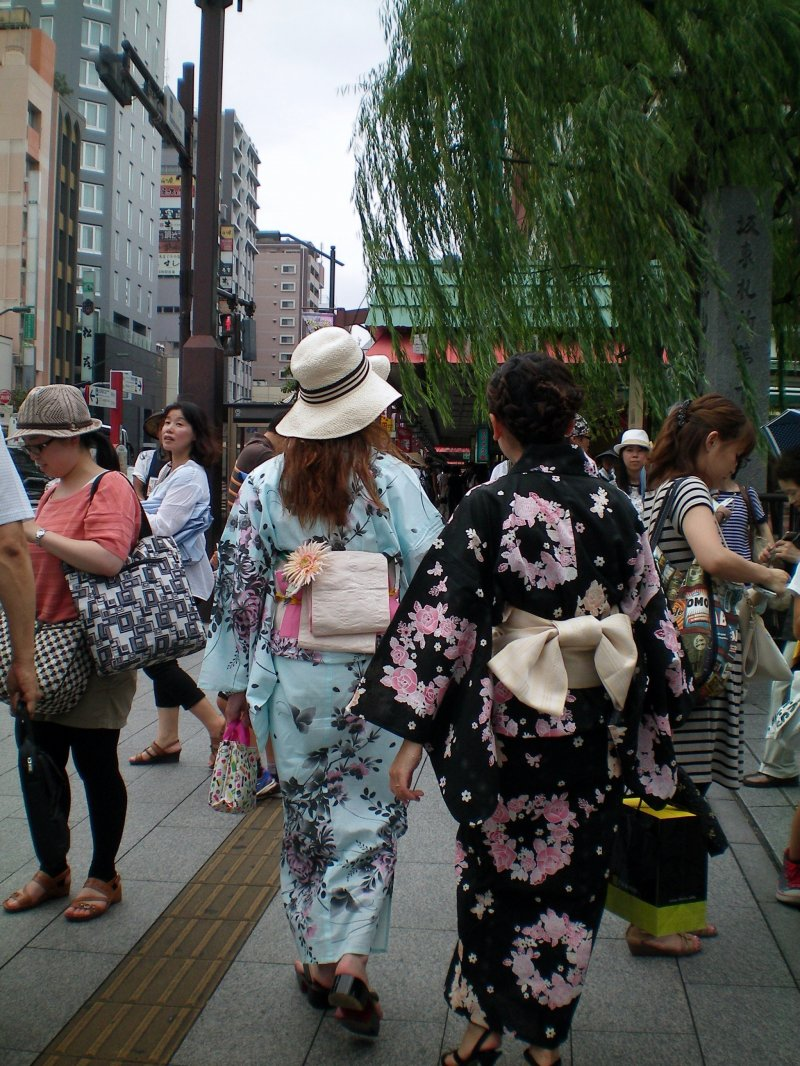 You can usually see people in traditional clothing in Asakusa.